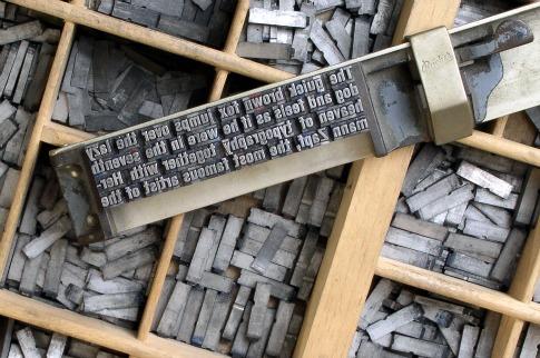piezas metálicas de la imprenta con tipos móviles. Impresión con tipos móviles.