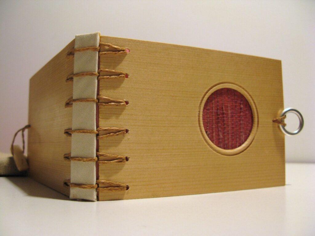 Libro encuadernado mediante encuadernación belga secreta artesanal.