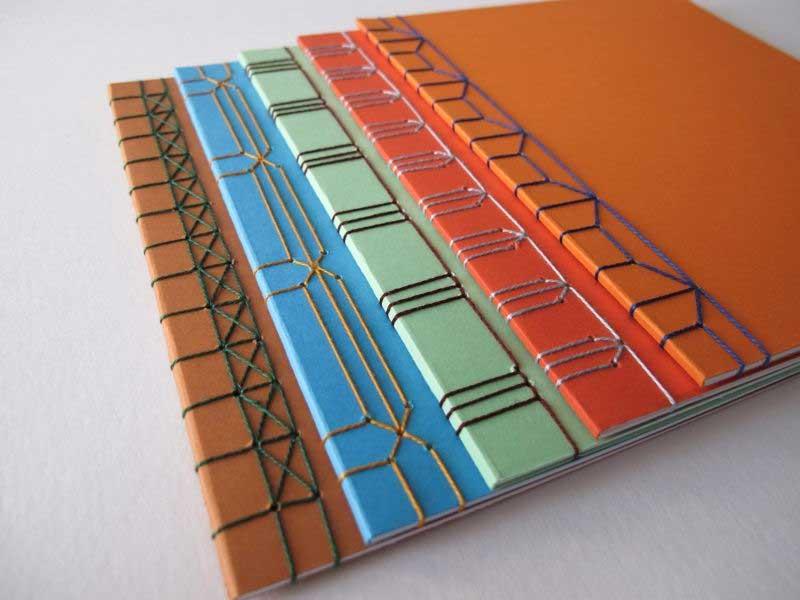 Libros encuadernados mediante encuadernación japonesa.