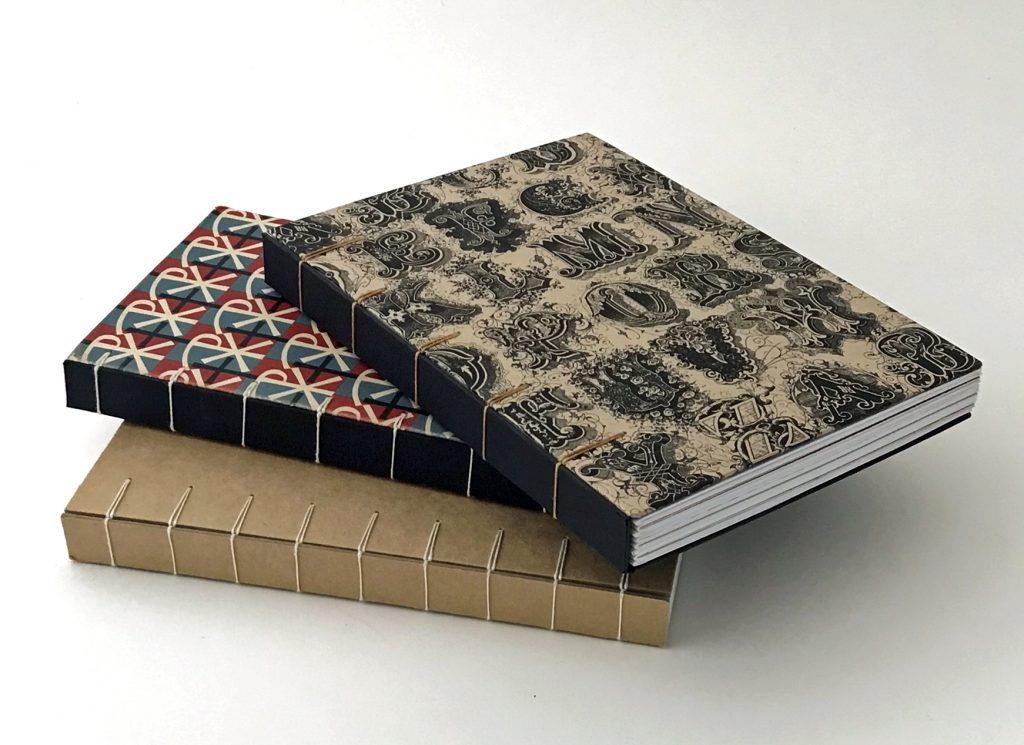 Libros encuadernados utilizando la encuadernación de tipo belga secreta.