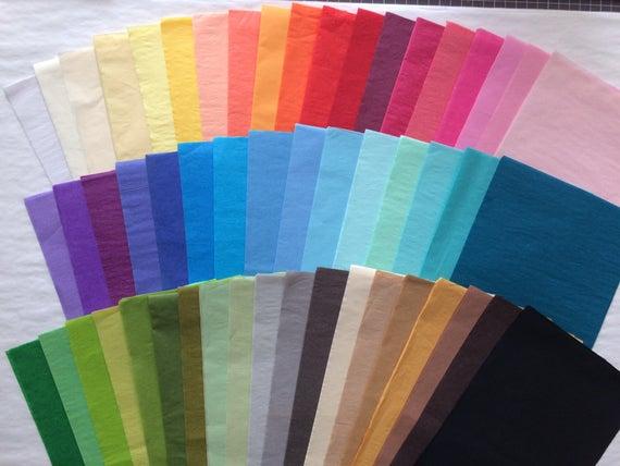 Papel de seda teñido en distintos colores.