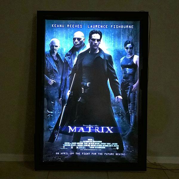 Cartel en impresión backlight de la película matrix.